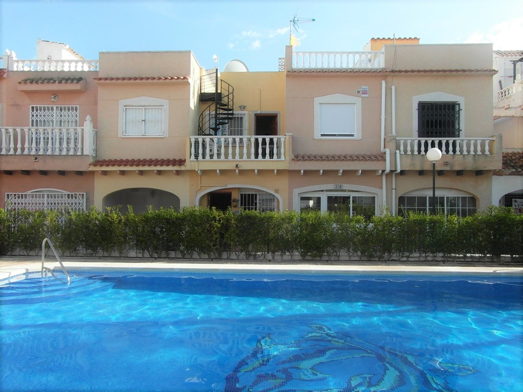SOLD! Playa Flamenca,Costa Blanca Lovely 2 bedroom 1.5 bathroom Town House overlooking the swimming pool 69,950€