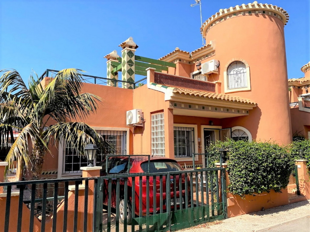 Playa Flamenca, Costa Blanca, Well presented South East facing 3 bed 2 bath detached villa 111m2 with 2 large reception rooms,a private swimming pool and solarium